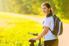 Atleta con una mochila en una bicicleta Fotografía de archivo libre de regalías