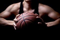 Atleta con una pallacanestro immagini stock