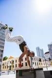 Atleta considerável que faz um headstand foto de stock