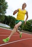 Atleta corriente en mid-air foto de archivo libre de regalías
