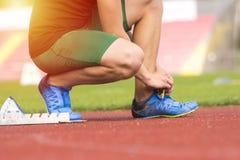 Atleta czekać na początek w bieg śladzie w zaczyna bloku fotografia royalty free