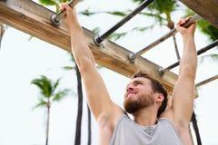 Atleta da aptidão do exercício que exercita em barras de macaco imagens de stock royalty free