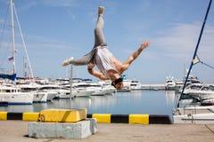 Atleta da aptidão que faz ocupas do salto na plyo-caixa temporária no cais do mar do verão foto de stock