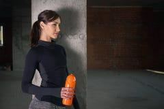 Atleta da jovem mulher no sportswear no gym no interior do sótão foto de stock