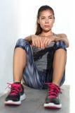 Atleta da mulher da aptidão que relaxa em sportswear running das caneleiras da forma foto de stock royalty free