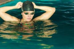 Atleta da mulher na água da piscina esporte Fotos de Stock Royalty Free