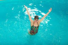 Atleta da mulher na água da piscina esporte Fotografia de Stock Royalty Free