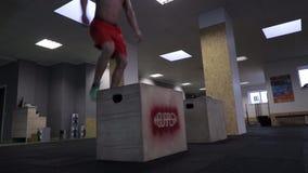 Atleta de CrossFit que realiza un ejercicio del salto de la caja almacen de video