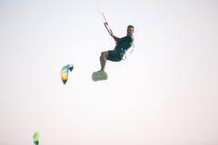 Atleta de Kiteboarder que executa truques kitesurfing kiteboarding Fotografia de Stock Royalty Free