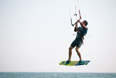 Atleta de Kiteboarder que executa truques kitesurfing kiteboarding Fotografia de Stock