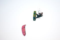 Atleta de Kiteboarder que realiza trucos kitesurfing kiteboarding Foto de archivo