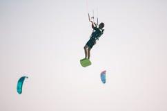 Atleta de Kiteboarder que realiza trucos kitesurfing kiteboarding Imágenes de archivo libres de regalías