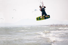 Atleta de Kiteboarder que realiza trucos kitesurfing kiteboarding Fotografía de archivo
