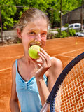 Atleta de la muchacha con la estafa y bola en marrón Imagen de archivo