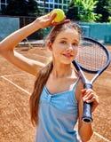 Atleta de la muchacha con la estafa y bola en tenis Fotografía de archivo libre de regalías