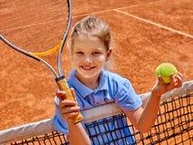 Atleta de la muchacha con la estafa y bola en tenis Fotografía de archivo