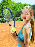 Atleta de la muchacha con la estafa y bola en tenis Fotos de archivo
