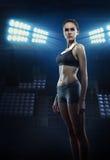 Atleta de la muchacha con la figura atlética Fotos de archivo