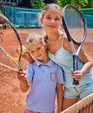 Atleta de la muchacha de dos hermanas con la estafa y la bola Imagenes de archivo