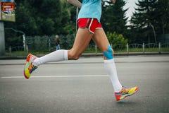 Atleta de la muchacha que funciona con un maratón Foto de archivo libre de regalías