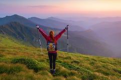 Atleta de la muchacha que mira la puesta del sol Fotos de archivo