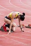 Atleta de la muchacha que se prepara para comenzar Imagen de archivo