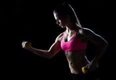Atleta de la mujer con los pesos Imagenes de archivo