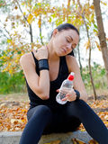 Atleta de la mujer que estira su cuello Foto de archivo libre de regalías