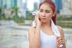 Atleta de la mujer que limpia su toalla Imágenes de archivo libres de regalías