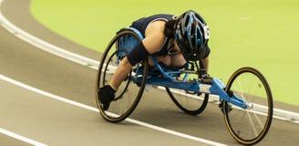 Atleta de la silla de ruedas que compite con la milla dentro fotografía de archivo