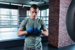 Atleta de ojos oscuros que se motiva para la competencia de boxeo importante fotos de archivo libres de regalías