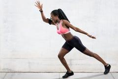 Atleta de sexo femenino africano en la posición corriente Imagen de archivo
