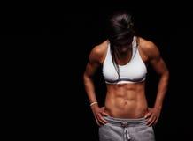 Atleta de sexo femenino con ABS muscular Imágenes de archivo libres de regalías