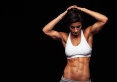 Atleta de sexo femenino con ABS perfecto Imágenes de archivo libres de regalías