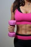 Atleta de sexo femenino con el peso rosado de la mano (1) Imagen de archivo libre de regalías
