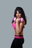 Atleta de sexo femenino con el peso rosado de la mano (2) Foto de archivo