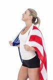 Atleta de sexo femenino con la bandera americana en sus hombros Foto de archivo libre de regalías