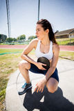 Atleta de sexo femenino confiado que lleva a cabo un disco Fotos de archivo libres de regalías