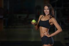 Atleta de sexo femenino del concepto apropiado de la nutrición con la manzana Imagenes de archivo