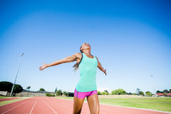 Atleta de sexo femenino emocionado que presenta después de una victoria Imagen de archivo