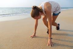 Atleta de sexo femenino en la posición de salida lista para correr Foto de archivo libre de regalías