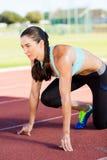 Atleta de sexo femenino en listo a la posición de funcionamiento Imágenes de archivo libres de regalías