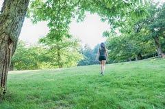 Atleta de sexo femenino en parque Imagen de archivo