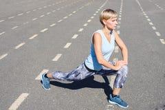 Atleta de sexo femenino en una rueda de ardilla Imagen de archivo