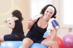 Atleta de sexo femenino In Good Fit que presenta con la botella de agua del entrenamiento Fotos de archivo libres de regalías