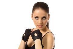 Atleta de sexo femenino hermoso que presenta en guantes del entrenamiento Fotos de archivo libres de regalías