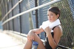 Atleta de sexo femenino joven con una mirada resuelta Foto de archivo libre de regalías