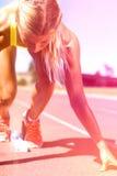 Atleta de sexo femenino listo para correr en pista corriente Fotos de archivo