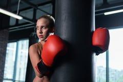 Atleta de sexo femenino profesional que trabaja difícilmente en gimnasio imagen de archivo libre de regalías