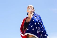 Atleta de sexo femenino que besa su medalla de oro Fotografía de archivo libre de regalías